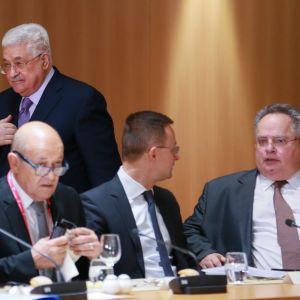 Timo Soini (vas.) osallistui ulkoministerikokoukseen, johon oli kutsuttu myös palestiinalaisten presidentti Mahmud Abbas.