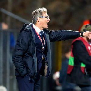 Jalkapallomaajoukkueen päävalmentaja Markku Kanerva ohjeistaa pelaajia.