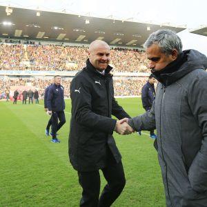 Burnleyn Sean Dyche kättelee Manchester Unitedin Jose Mourinhoa.