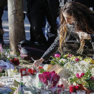muistokyntilöitä ja kukkia Bataclanin lähellä