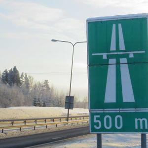 Moottoritien alkua osoittava liikennemerkki