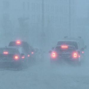 Liikennettä lumisateessa ja tuiskussa Helsingin keskustassa varhain keskiviikkona aamulla