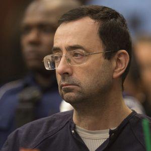 Urheilulääkäri Larry Nassar oikeudenkäynnissä.