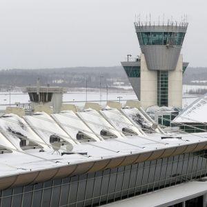 Helsinki-Vantaan lentoasema ja lennonjohtotorni.