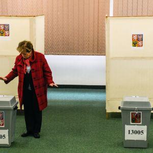 Nainen äänestää Tšekeissä presidentinvaalien toisella kierroksella.