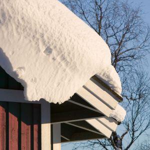 talon päällä paljon lunta