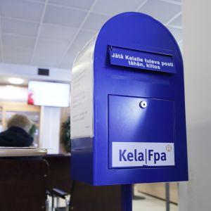 Postilaatikko Kelan tiloissa.