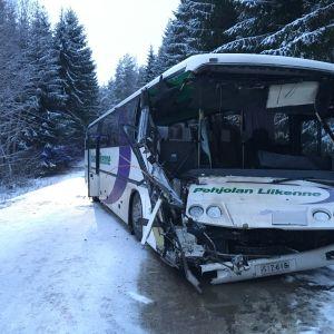 Koululaisia kuljettanut linja-auto törmäsi pysähdyksissä olleeseen kuorma-autoon Lohjalla. Kyydissä olleet koululaiset selvisivät naarmuilla ja mustelmilla.
