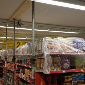 S-market Rautavaaran myymälätila, jossa kattorakenteita on tuettu teräspaaluilla.