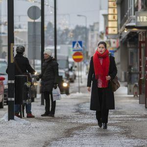Katarina Leivo kävelee Kajaanin kauppakatua.