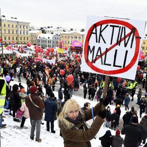 Tuhansia mielenosoittajia kokoontui SAK:n järjestämään aktiivimallin vastaiseen mielenilmaukseen Helsingin Senaatintorille 2. helmikuuta