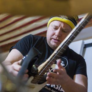 laulaja ja kitaristi Tomi Tajakka Steve´n Seagulls-yhtyeestä