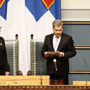 Tasavallan presidentti Sauli Niinistö pitää avajaispuhetta eduskunnan puhemiehen Paula Risikon seistessä hänen vieressä.