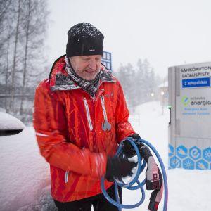 Keravalainen Pekka Haapanen on nyt kokeillut vajaa kaksi kuukautta sähköautoa yhdessä naapureidensa kanssa. Sähköauton lataamisesta pitää hänen mielestään tehdä nykyistä helpompaa.
