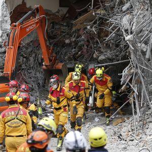 Pelastustyöntekijöitä raivaustöissä Hualienin kaupungissa.