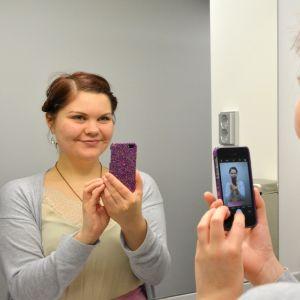 nainen ottaa kuvaa itsestään vessassa