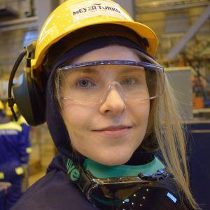 Laivalevyseppähitsaajaopiskelija Heidi Pirinen.