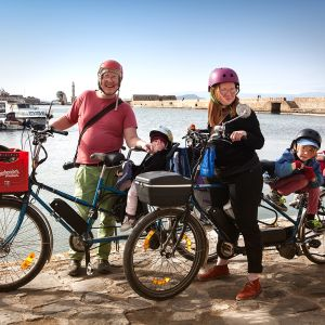 Viljami Ilolan ja Hilla Hanhelan perhe pyöräilemässä Hanian venetsialaisessa satamassa.