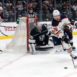 Edmonton Oilersin Iiro Pakarinen kamppailee kiekosta.