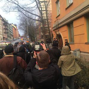 Media ja yleisö jonottaa sisäänpääsyä saliin.