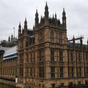 Britannian parlamenttitalo Lontoossa.