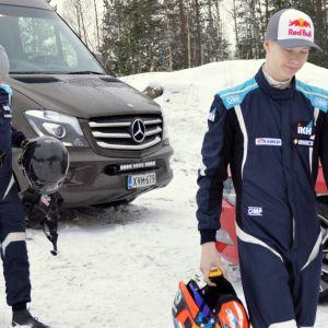 Jonne Halttunen ja Kalle Rovanperä kävelevät kypärät käsissään