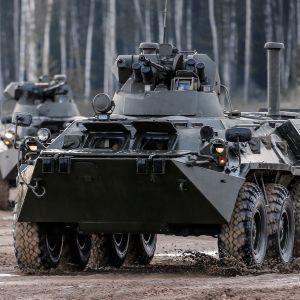 Venäläinen BTR-80 tyypin panssariajoneuvo.