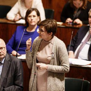SDP:n kansanedustajat Eero Heinäluoma ja Susanna Huovinen kyselytunnilla eduskunnassa 15. helmikuuta.