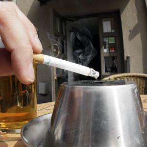 Tupakointia ravintolan terassilla.