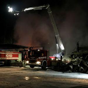 Paloautoja ja valonheitinnosturi  Kuhmoisten palopaikalla.