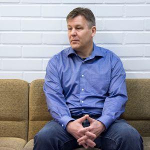Raimo Summanen odottaa istuntosaliin menoa Keski-Pohjanmaan käräjäoikeuden odotushuoneessa.
