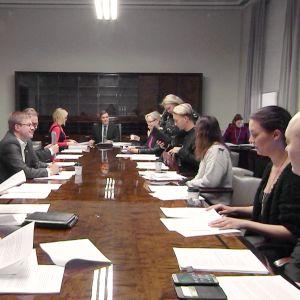 Lakivaliokunta kokoontuu eduskunnassa.