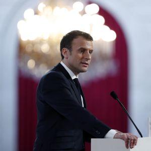 Ranskan presidentti Emmanuel Macron puhuu puhujapöntössä.