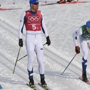 Perttu Hyvärinen lähettää Iivo Niskasen olympiaviestin toiselle osuudelle.