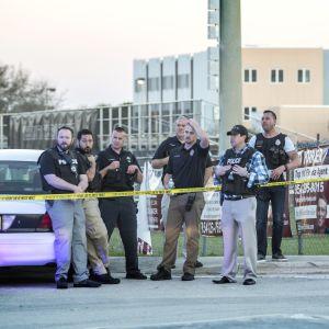Poliiseja vartiossa Marjory Stoneman Douglasin koulun ulkopuolella
