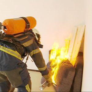 Palomies sytyttää kerrostaloasunnon tuleen