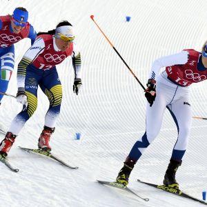 Mari Laukkanen (oik.) maastohiihdon parisprintissä.
