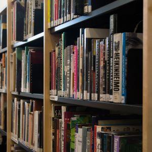 Lehtikankaan monitoimitalon kirjaston kirjoja.