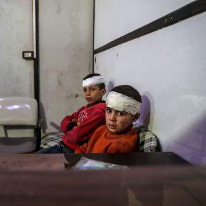 Pommituksissa loukkaantuneet lapset odottavat hoitoa sairaalassa Douman kaupungissa Itä-Ghoutassa.