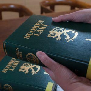 Päijät-Hämeen käräjäoikeuden kirjaston lakikirjat vanhassa istuntosalissa.