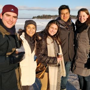 Jesus ja Regina Meksikosta, Ana Beatriz Brasiliasta,Gonzalo Perusta ja Kiera USA:sta Laajaslon edustalla merenjäällä.
