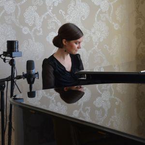 Maria Männikkö soittaa pianoa