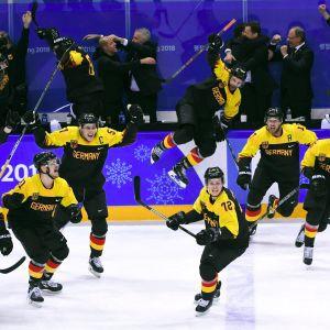 Saksan pelaajat juhlivat Ruotsi-voittoa olympialaisissa.