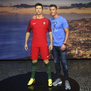 Cristiano Ronaldo poseeraa vahanukkensa kanssa Funchalin Ronaldo-museossa vuonna 2016.