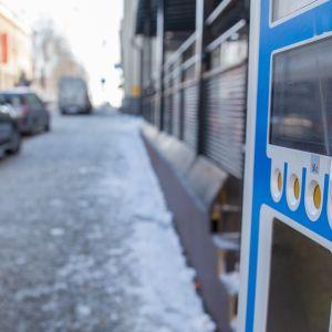 Pysäköintiautomaatti kadunvarressa.