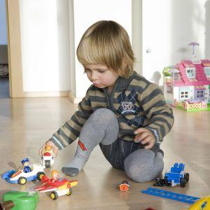 Lapsi leikkii lattialla