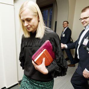 Elina Lepomäki poistumassa eduskuntaryhmän kokouksesta Helsingissä.