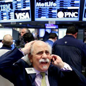 Tuskaisen näköinen meklari New Yorkin pörssissä.