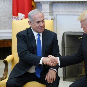 Israelin pääministeri Benjamin Netanyahu ja Yhdysvaltain presidentti Donald Trump kättelevät toisiaan Valkoisessa talossa.