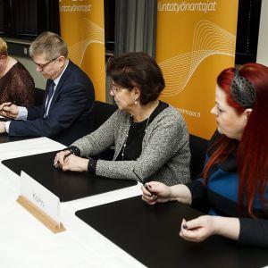 Uuden kunta-alan virka- ja työehtosopimuksen allekirjoitustilaisuus viime perjantaina.
